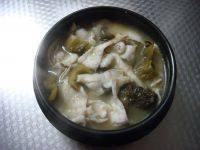 酸菜鱼,倒入鱼汤。