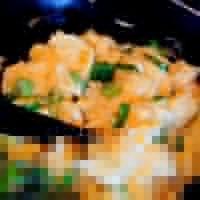 柬埔寨茉莉香米蛋炒饭,平底锅放油,中火,用筷子把蛋液划散,在尚有部分没有凝固的时候把炒鸡蛋盛起来备用。