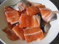 香煎三文鱼骨,三文鱼骨剁成小块用少许盐、十三香腌约半小时以上(我腌了一夜让它更加入味)。
