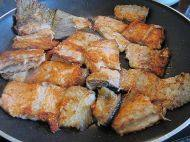 香煎三文鱼骨,煎好一面翻转煎另一面,两面呈焦黄色后盛出待用。