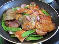 香煎三文鱼骨,将煎好的三文鱼骨倒入。