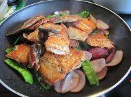 香煎三文鱼骨,翻炒均匀即可熄火上碟。