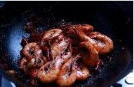 麻辣干锅虾,最后加入红辣椒块,炒熟即可