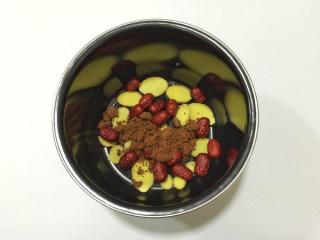 红枣生姜红糖水,将生姜、红枣、红糖放入压力锅内胆