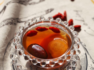 红枣生姜红糖水,煮好后撒上枸杞,即可享用