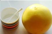 姜糖汁柚子茶,柚子洗净后,表面用盐来回的搓洗,这样可以把柚子表面的蜡层清理掉。