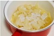姜糖汁柚子茶,果肉、处理好的柚子皮、加入冰糖、一小碗清水。