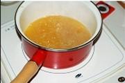 姜糖汁柚子茶,用中小火在电磁炉上将其熬煮至黏稠,柚皮变成金黄透亮就可以了。全程要不停的用木铲进行搅拌以免糊底。
