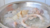 草原羊杂汤,煮出来的水会有很多浮沫附着在羊杂上,要用冷水不断冲洗干净。