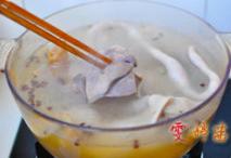 草原羊杂汤,煮开后调成中火,继续煮35分钟,待筷子能轻松插入羊杂即可关火。