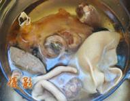 草原羊杂汤,羊杂出锅后一定要洗去杂物,用冰水浸泡。