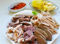 草原羊杂汤,(二)羊杂汤的制作:将羊肚切成4-5厘米的丝,羊肠切段,心,肝,肺切成小片备用。