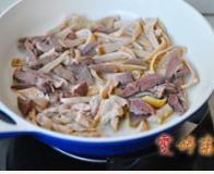 草原羊杂汤,锅内放入一点胡麻油,将羊杂全部放入,慢火炒出香味出油,养肝易熟烂,所以最后再放。