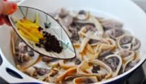 草原羊杂汤,随后加入花椒面,干姜面或姜丝炒出香味。