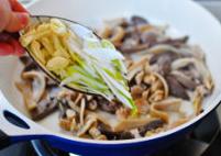 草原羊杂汤,放入葱丝,蒜片继续翻炒。