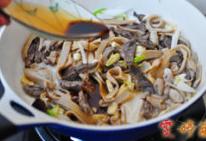 草原羊杂汤,此时可以烹入生抽,一勺醋,一起煸炒出香味。加了一点醋整个香味就与众不同了。
