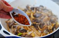 草原羊杂汤,最后加入新疆辣椒面,再简单翻炒均匀。