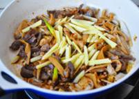 草原羊杂汤,放入20克的土豆条一起翻炒,随后加入清水没过羊杂,煮至沸腾。