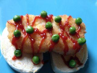 奶香鳕鱼排,挤上番茄酱,点缀上煮熟的青碗豆即可。也可以配上芝士片夹上生菜啥的,就是馒头鳕鱼堡啦~