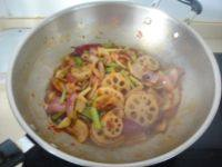鱿鱼藕片麻辣香锅,倒入芹菜,洋葱和藕片煸炒出香味至断生