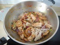鱿鱼藕片麻辣香锅,再把鱿鱼卷和金针菇加入煸炒均匀