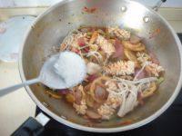 鱿鱼藕片麻辣香锅,尝试味道后再加入白糖提味后熄火出锅