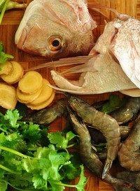 鱼头鲜虾豆腐汤,鱼头洗干净,有鱼鳞要刮掉,腮拿掉;虾去头去虾线(头保留不要扔,另外留下几只虾保持完整只去掉虾线就行了,主要是为了最后有完整的虾摆在表面比较好看);香菜洗干净
