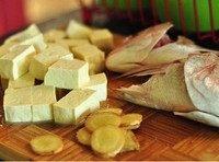 鱼头鲜虾豆腐汤,豆腐切块儿备用;姜切片