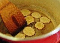 鱼头鲜虾豆腐汤,锅里放适量油,下姜片稍微爆一下