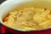 鱼头鲜虾豆腐汤,把豆腐扔进去,煮开后再煮10分钟(豆腐不怕煮的啦)