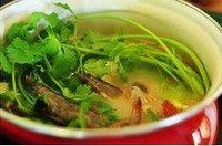 鱼头鲜虾豆腐汤,然后加入虾和香菜,煮大约5分钟