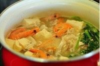 鱼头鲜虾豆腐汤,最后用少许糖和白胡椒粉,以及适量的盐调味就好了