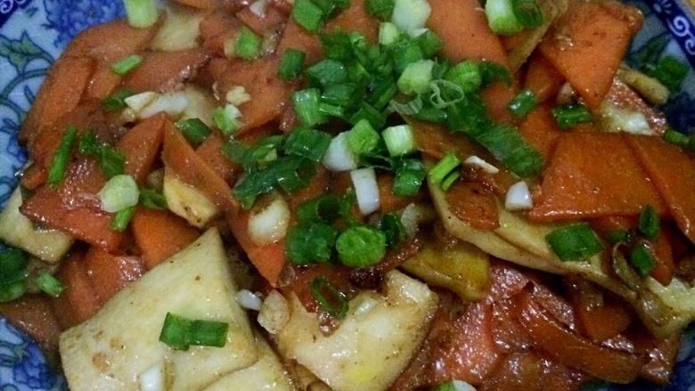 胡萝卜炒杏鲍菇,出锅,撒上葱花