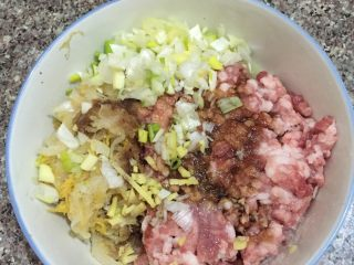 猪肉酸菜水饺,如图猪肉馅加入酸菜,葱末姜末,鸡精,油,盐,酱油,抓匀,顺时针搅拌上劲