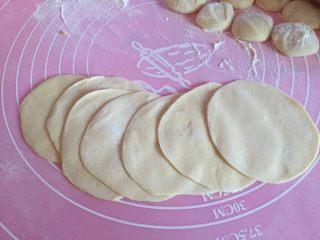 猪肉酸菜水饺,如图用擀面杖擀成薄片