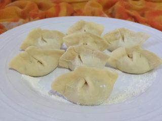 猪肉酸菜水饺,如图煮饺子的时候撒少许盐可以预防饺子煮破