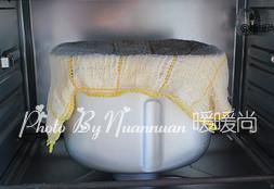 红豆沙面包卷,将揉好的面团盖上湿毛巾,放入烤箱启动发酵模式发酵60分钟至面团变为原来大小的2-2.5倍大。