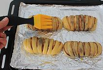 红豆沙面包卷,在发酵好的面团上刷上鸡蛋液。