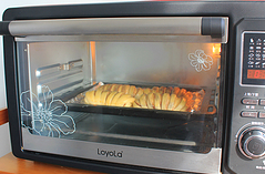 红豆沙面包卷,烤箱提前预热10分钟至170度,放入烤箱中层,上下火烤15分钟即可。