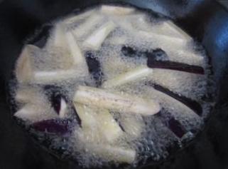 油淋茄子,宽油烧8成热,下茄子,炸1分钟左右起锅。沥干油。这一步不要炸太久,否则茄子会在炒制的时候变得稀烂。怕油炸的,可以用宽油炒,也可以的,就是紫色没有这么漂亮。