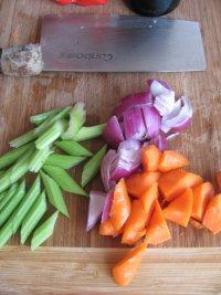 红酒烩牛肉,西芹,洋葱,胡萝卜洗净切块备用