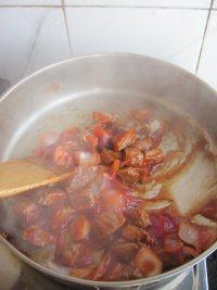 红酒烩牛肉,继续炒至出香味