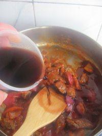 红酒烩牛肉,然后加入红酒