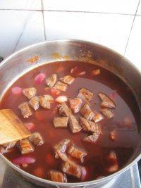 红酒烩牛肉,烧制2分钟,让酒精挥发