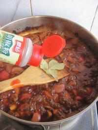 红酒烩牛肉,然后加入香叶和胡椒粉