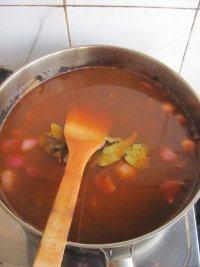 红酒烩牛肉,再加入适量的清水,大火煮开小火炖烧1个小时