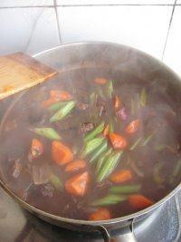 红酒烩牛肉,继续小火炖煮15分钟