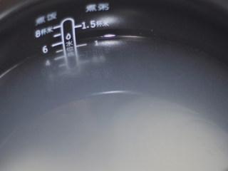 三色鸡肉粥,加入适量2倍多的清水。接通电源,选择---煮粥键,1:30分钟