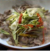 蒜香酸辣猪腰,放入姜丝和猪腰,炒变色,加入少许盐