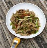 蒜香酸辣猪腰,放入蒜段,泡椒丝,炒匀了,放入少许生抽,白胡椒就可以出锅了,简单吧。